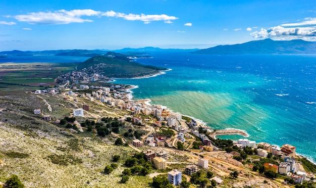 アルバニアの海岸沿いのリゾート、サランダの空撮