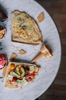 흰색 대리석 테이블에 있는 맛있는 크레페의 공중 전망
