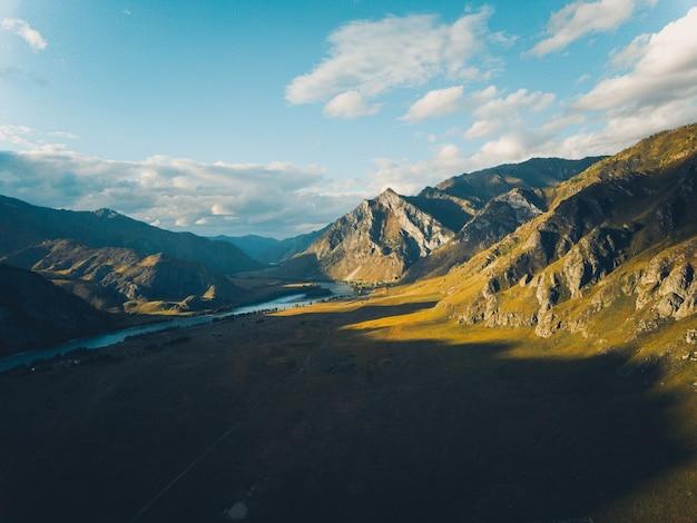川と風光明媚な秋の山の風景の空撮。ドローンショット