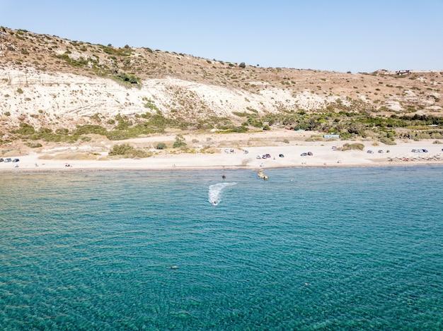 キプロスの海とビーチの空撮。明るい空とクリスタルウォーター。キプロス