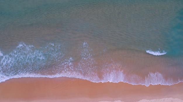 일몰 또는 일출 바다와 모래 해변의 공중 보기 모래 해안에 충돌 하는 놀라운 웨이브 핑크 모래 해변 휴가 여름 배경에 대 한 아름 다운 열 대 대상 무인 항공기 카메라에서 이미지입니다.