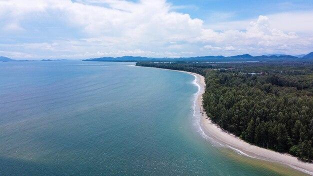 海、ビーチ、ランタ島、クラビ、タイでの森の空撮