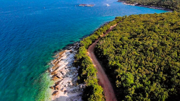 熱帯の島の海の海岸線の航空写真。