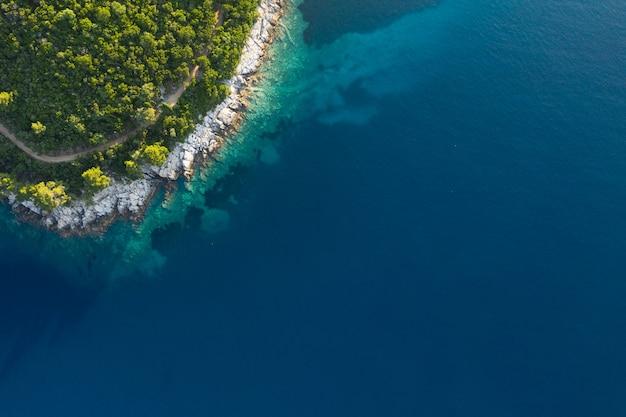 바다 파도와 환상적인 록키 해안, 몬테네그로의 공중 전망. 공중에서 쐈어.