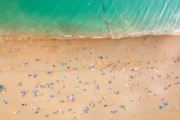 일광욕하는 사람들과 해변의 항공보기