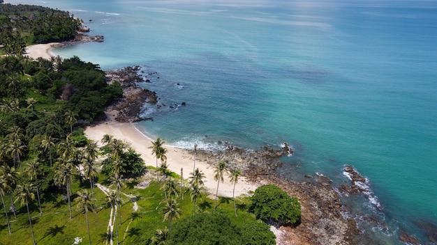 ランタ島、クラビ、タイでヤシの木とアンダマン海の秘密のビーチの空撮