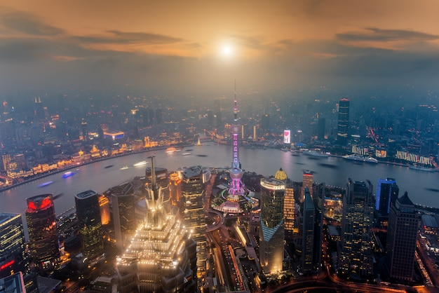 Lujiazui 금융 및 비즈니스 지구 무역 지대 마천루, 상하이 중국에서 상하이의 항공보기
