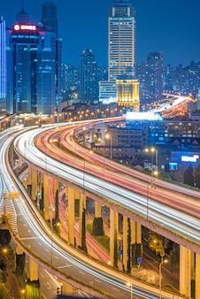 夜の上海高架の航空写真