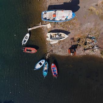 Вид с воздуха на корабли в гавани