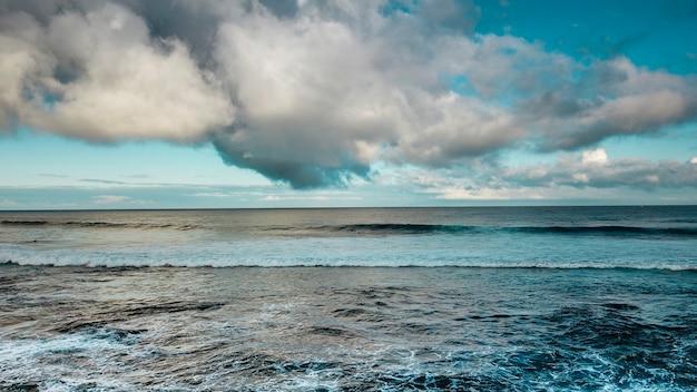 海岸と海の波の航空写真。美しい色と雲と空。青い画像。水上旅行休暇の目的地