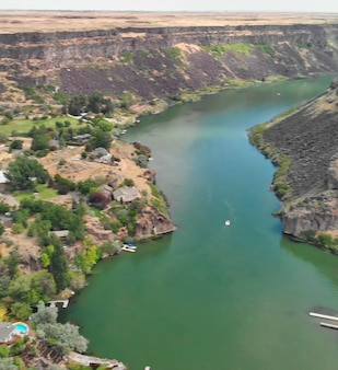 Аэрофотоснимок водопада шошони в летний сезон с точки зрения дрона, айдахо, сша.