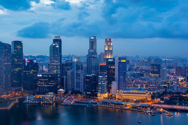夜のシンガポールのビジネス地区と都市の空撮