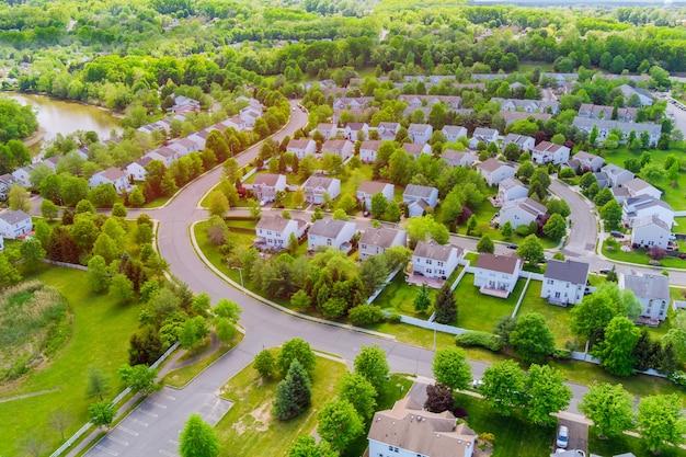 ニュージャージー州イーストブランズウィックの川の近くの住宅街、一軒家の航空写真