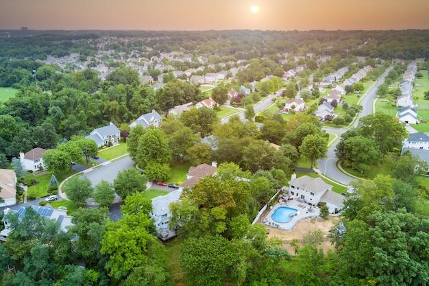 米国ニュージャージー州の池の近くの住宅街セアビル、一軒家の航空写真