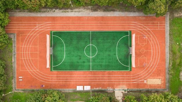 多くのスポーツ分野の小さなスタジアムの航空写真