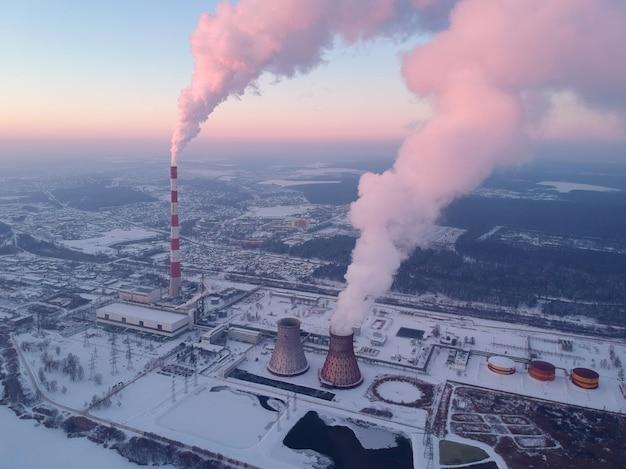 밤에 큰 도시 공장에서 스모그 오염의 공중 전망. 겨울철.
