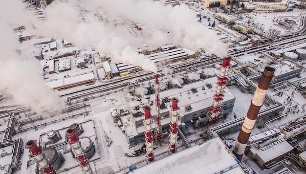 Вид с воздуха на дымовые трубы в промышленной зоне