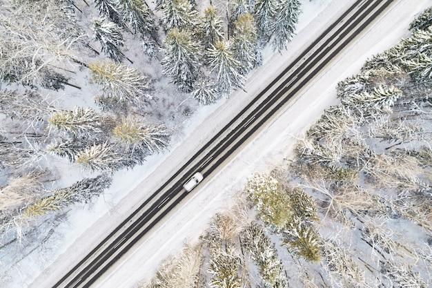 겨울 숲에서 눈 덮힌 도로의 항공보기