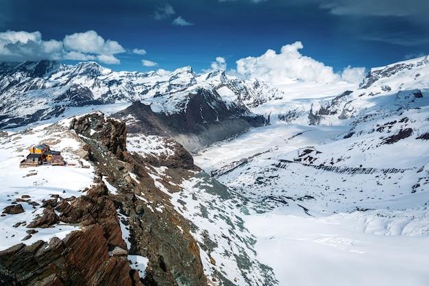 Вид с воздуха на снежную гору маттерхорн с лыжным домиком, церматт, швейцария