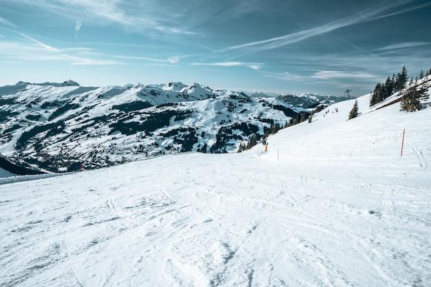 산 꼭대기에서 오스트리아의 눈 덮인 산의 공중보기