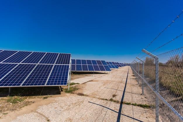 ソーラーパネル、太陽光発電、代替電源の航空写真
