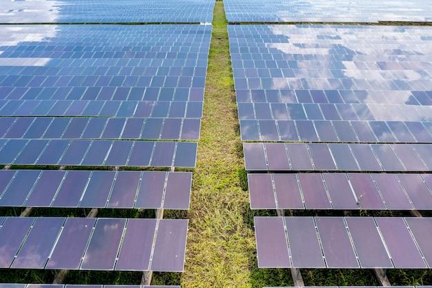 Вид с воздуха на солнечные панели в поле