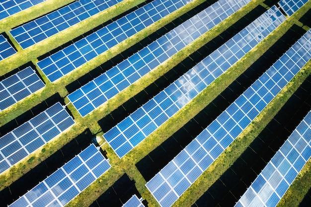 화창한 날에 태양 전지 패널의 공중 전망. 청정 에너지를 생산하는 파워 팜