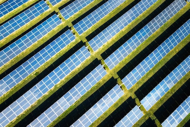 Вид с воздуха на солнечные панели в солнечный день. электростанция, производящая чистую энергию.