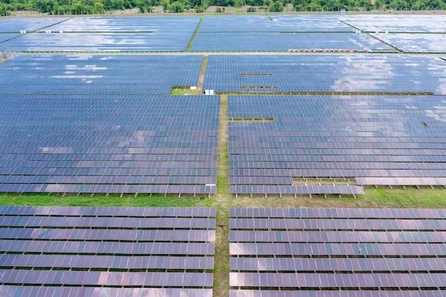 Аэрофотоснимок солнечных батарей или солнечных батарей на крыше фермы. электростанция с зеленым полем, возобновляемый источник энергии в таиланде