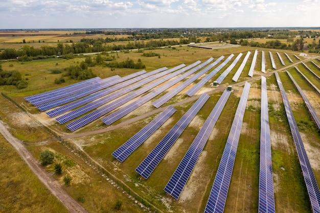 フィールドのソーラーパネルステーションの航空写真。再生可能エネルギー源の概念。