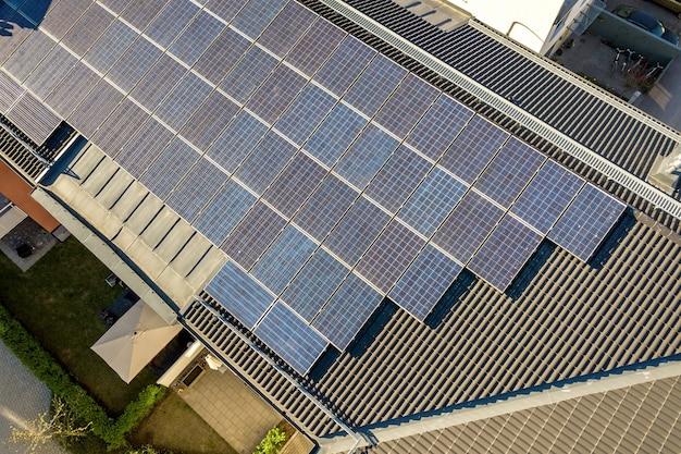 깨끗한 전기 에너지를 생산하기 위해 주거용 빌딩 블록의 옥상에 태양 광 태양 광 패널의 공중보기. 자율 주택 개념.