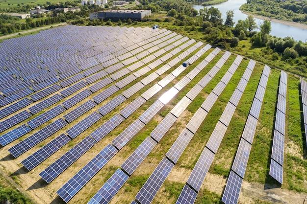 그린 필드에 태양광 발전소의 공중 보기입니다. 깨끗한 생태 에너지를 생산하기 위한 패널이 있는 전기 농장.