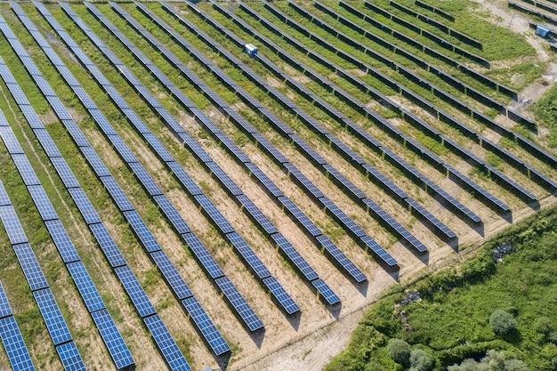 グリーンフィールド上の太陽光発電所の航空写真。クリーンな生態学的エネルギーを生産するためのパネルを備えた電気農場。