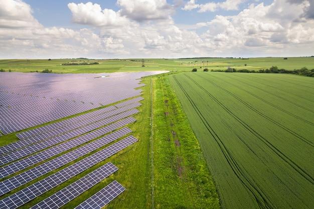 그린 필드에 태양광 발전소의 공중 보기입니다. 깨끗한 생태 에너지를 생산하기 위한 전기 패널.