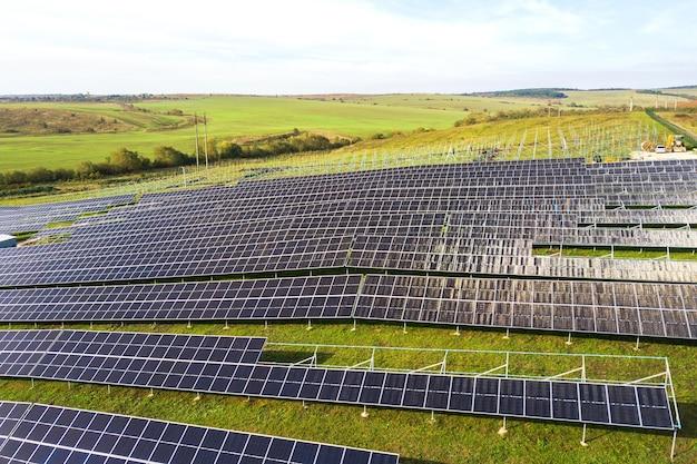 그린 필드에 건설 중인 태양광 발전소의 공중 전망. 깨끗한 생태 에너지 생산을 위한 전기 패널 조립.