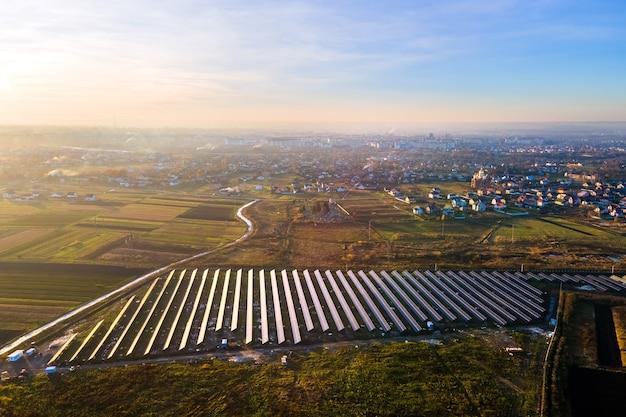 그린 필드에 건설 중인 태양광 발전소의 공중 보기.