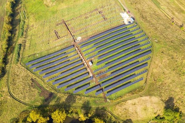 그린 필드에 건설 중인 태양광 발전소의 공중 전망.