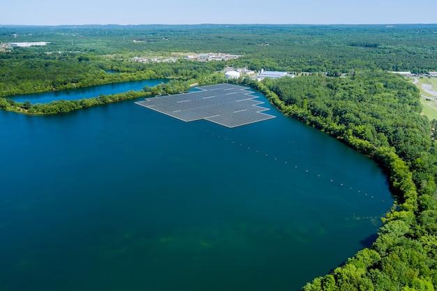 電気の再生可能な生態学的エネルギーで、水池に浮かぶ太陽光発電所の航空写真