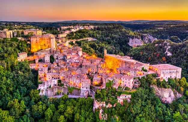 イタリア、トスカーナ州南部、グロッセート県の町ソラーノの空撮