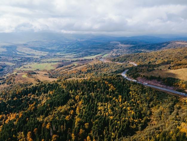 Аэрофотоснимок автодороги в осенних карпатах украина