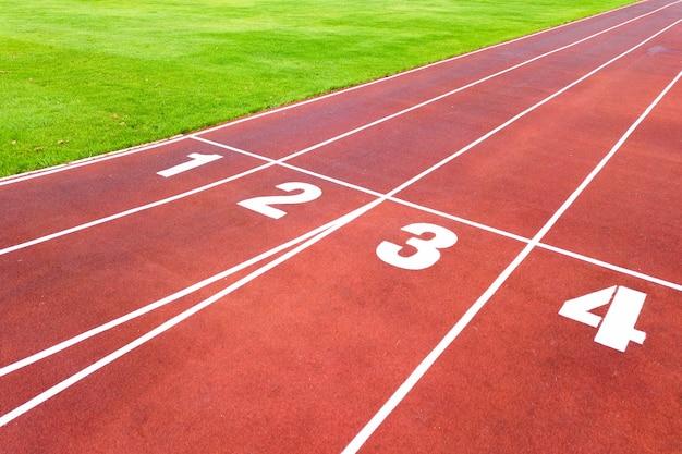 숫자가 있는 빨간색 달리기 트랙이 있는 스포츠 경기장의 공중 전망