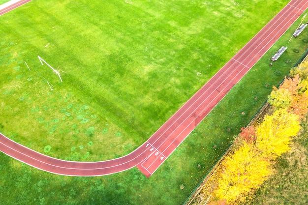 빨간색 달리기 트랙이 있는 스포츠 경기장의 항공 보기