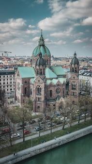 Вид с воздуха на церковь святого лукаса в мюнхене, германия.
