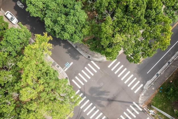 Вид с воздуха на перекресток улиц в городе
