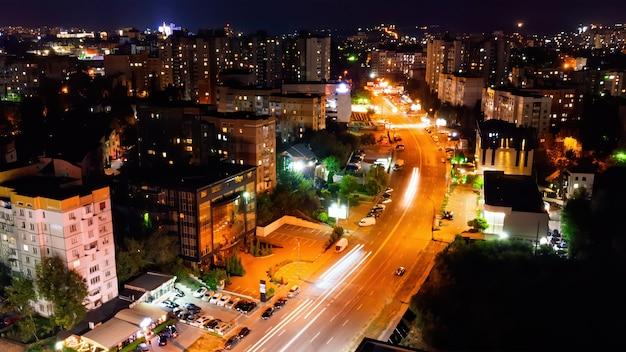Вид с воздуха на улицу с автомобилями в ночное время