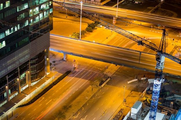 비즈니스 지구에있는 거리와 사무실 건물의 항공보기