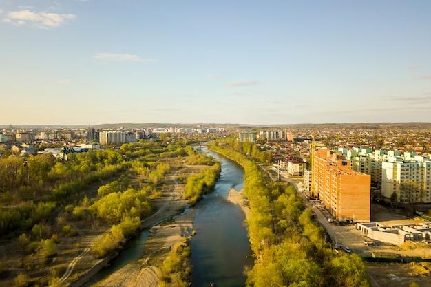 ウクライナのイヴァノフランキフスク市で建設中の高層住宅とビストリツィア川の航空写真。