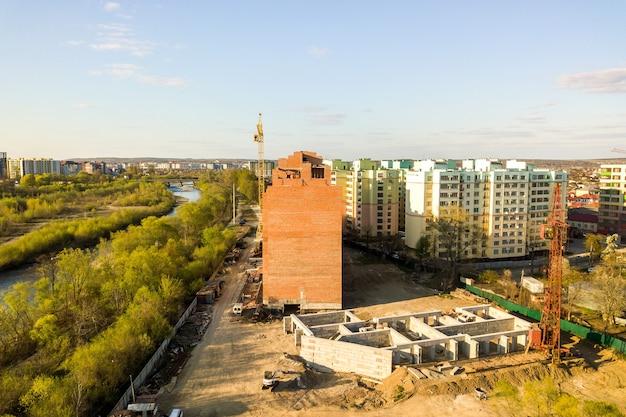 Вид с воздуха на высотные строящиеся жилые дома и реку быстрица в городе ивано-франковск, украина.
