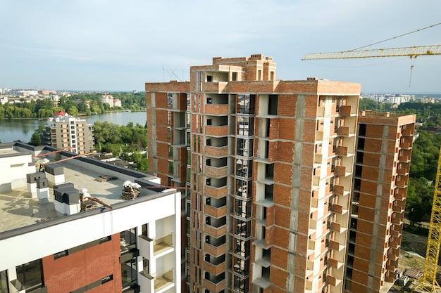 Вид с воздуха на строящиеся высотные жилые многоквартирные дома. развитие недвижимости.