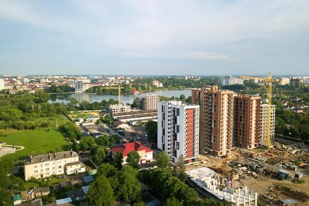 建設中の高層住宅マンションの航空写真。不動産開発。